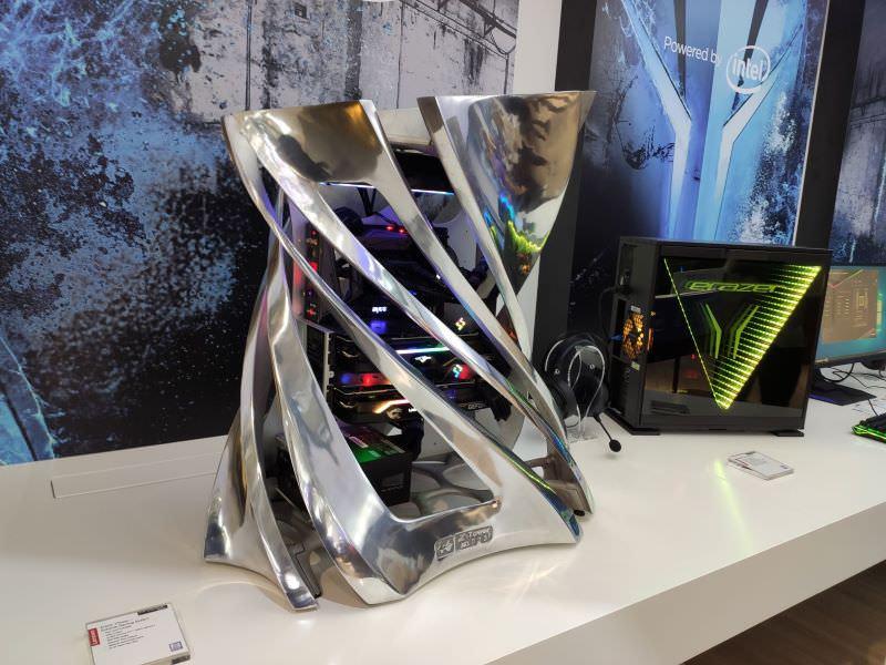 聯想攤位中展出erazer品牌特殊造型桌機